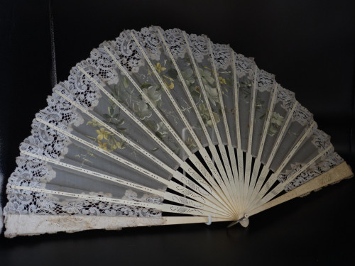 A Very Good Quality Late 19th Century Oriental Ivory, Lace and Silkwork Fan