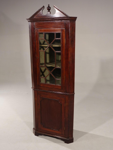An Attractive Early 20th Century Georgian Style Mahogany Double Corner Cupboard