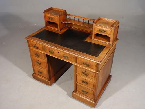 A Fine Quality Victorian Walnut Kneehole Desk.